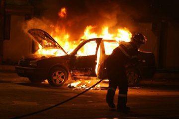 Neamț: noaptea trecută, o mașină a fost cuprinsă de flăcări, pe DJ 157. Cauza: acțiune intenționată