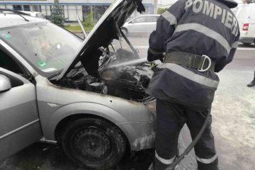 Neamț: o mașină a luat foc – salvatorii au intervenit la timp