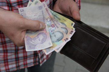 Felicitări! Un romașcan a predat polițiștilor un portofel găsit în Piatra Neamț