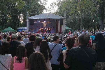 Nu ratați, astăzi! Festivalul internațional de folclor în Parcul Municipal și parada grupurilor folclorice, pe străzile Romanului