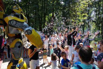 Foto: Distracție maximă în Parcul Roman. Bucuria copiilor: la picnic, a apărut robotul Bumblebee