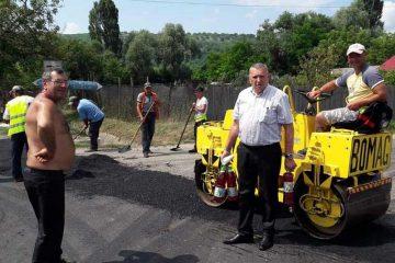 """Primarul de Bozieni """"a udat"""" asfaltul turnat recent pe drumurile comunei"""