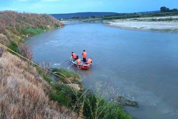 Trupul fetiței din Roman a fost găsit prins în crengile unui copac, pe malul Siretului, la 12 km de locul unde s-a înecat