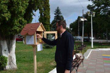 """""""Biblioteca în aer liber"""" – Căsuțe cu cărți în fața Primăriei Roman și la Complexul de Agrement Moldova"""