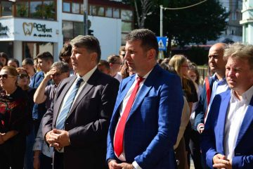 """Ceremonia dezvelirii bustului domnitorului Alexandru Ioan Cuza, amplasat în curtea Școlii """"Alexandru Ioan Cuza"""" Roman"""