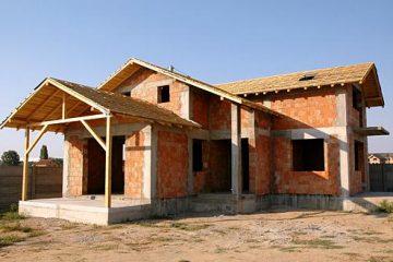 Tineri care vor primi teren pentru realizarea unei locuințe, la Roman