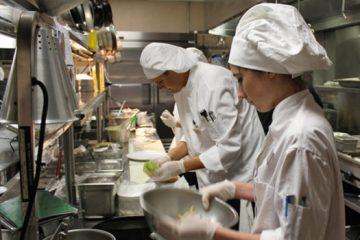 Locuri de muncă noi, anunțate de angajatorii din Piatra Neamț și Roman. Se oferă salarii motivante și tichete de masă