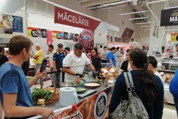 Sute de clienți prezenți la Carrefour Roman au degustat ce a gătit romașcanul Mugurel Moraru. Evenimentul va avea loc și mâine