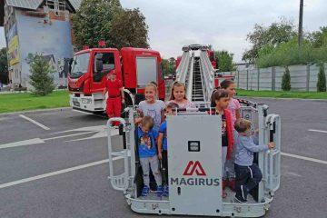 Autospeciala cu braț telescopic, cea mai apreciată de copiii prezenți la prezentarea de tehnică a pompierilor Detașamentului Roman