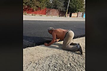 Video: Ne bucurăm de…normalitate! Un bătrân face mătănii și sărută asfaltul