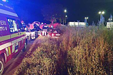 O tânără de 18 ani, din Roman, a intrat cu mașina într-un mal de pământ. Ea și alți tei tineri, pasageri în mașină, au fost răniți