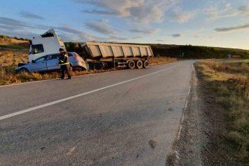 Un autoturism s-a izbit într-o mașină de tonaj greu, la Poienari. Două persoane au fost transportate la spital