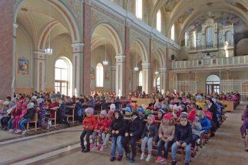 """Săbăoani: peste 500 de copii s-au rugat """"Rozariul pentru pace și unitate în lume!"""""""