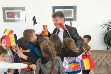 O imagine cât o mie de cuvinte: deputatul Laurențiu Leoreanu înconjurat de copii