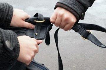În Gara Roman, un tânăr de 17 ani, a urmărit o femeie, a trântit la pământ și i-a furat geanta