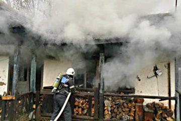 Incendiu în Neamț: o chilie de lângă o mănăstire a luat foc de la o candelă