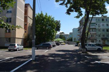 Zeci de locuri de parcare din mai multe zone ale municipiului sunt scoase la licitație de Primăria Roman