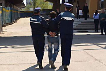"""La Roman, un tânăr de 14 ani a acostat un alt tânăr de 16 ani, l-a bătut și i-a """"împrumutat"""" telefonul mobil"""