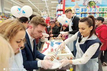 Carrefour Roman a împlinit un an. Un tort uriaș a fost deliciul clienților prezenți. Nu au lipsit surprizele