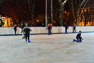 """Lucian Micu: """"De astăzi, de la ora 18.00, se deschide patinoarul amenajat în parcarea din Piața Roman Vodă!"""""""