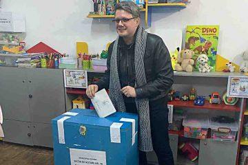 Pentru că iubește Romanul și pe romașcani, FUEGO a votat alături de Maria Aniței, la Secția 78 – Roman