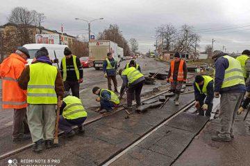Reparații la trecerea la nivel cu calea ferată, la ieșirea din Roman, doar la o singură linie. Ne-am bucurat degeaba!