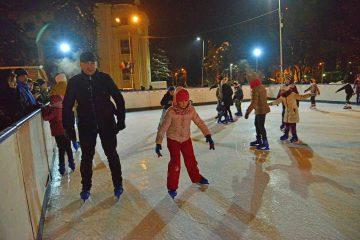 Se montează patinoarul în Piața Roman Vodă. Urmează Târgul de Iarnă