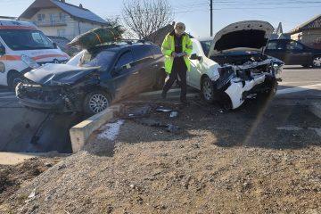 Coliziune frontală, între două autoturisme, la Traian, pe DN 2 – E 85. Trei persoane au fost rănite