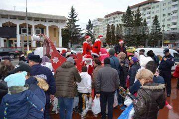Moș Crăciun a ajuns la Roman, cu daruri pentru copii. Mâine circula prin municipiu. Nu ratați întâlnirea cu Moșul