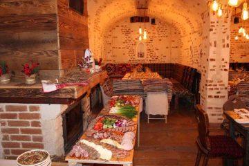 Foto: La Roman, Crama Mușatinilor și-a deschis porțile pentru cei care iubesc bucatele tradiționale și muzica populară