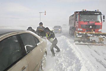 Neamț: drum înzăpezit și mașini blocate în zăpadă