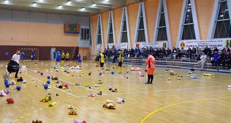 """""""Fotbal…cu jucării, pentru copii"""" în Sala Sporturilor Roman. Spectatorii sunt rugați să aducă o jucărie de pluș"""