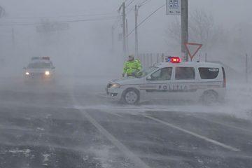 Bilanțul unei zile cu ninsoare și viscol, în Neamț: persoane blocate în mașini, drumuri înzăpezite sau blocate
