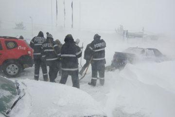 Iarna în Neamț – situația operativă: drumuri înzăpezite, mașini blocate, case fără energie electrică
