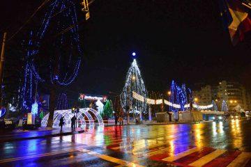 Feerie de lumină și culoare – Iluminatul specific sărbătorilor de iarnă va fi aprins astăzi, în Piața Roman Vodă