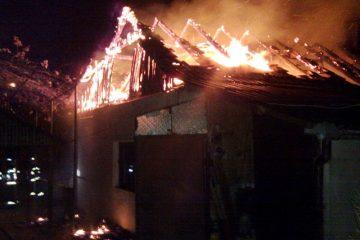 De ultimă oră: incendiu la o locuință din Cotu Vameș. Proprietarul a fost scos din casă de salvatorii din Roman