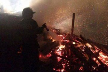 Aseară, incendiu la o locuință, la Săbăoani: o femeie de 64 de ani a fost dusă la CPU Roman