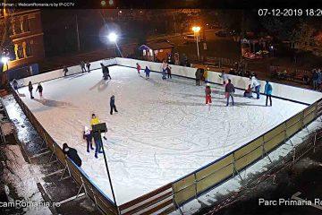Sărbători de iarnă pe patinoar, la Roman: puteți urmări imagini în direct de la patinoarul din Piața Roman Vodă