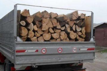 Prins de polițiști transportând lemne cu o remorcă neînmatriculată