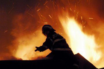 Noaptea trecută, la Roman: incendiu la locuințele sociale din str. Fabricii. O bătrână a fost găsită moartă