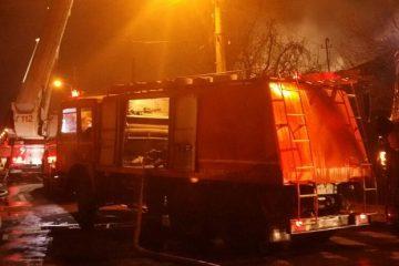 În această seară, la Roman: incendiu provocat intenționat la o clădire CFR Roman, lângă gară