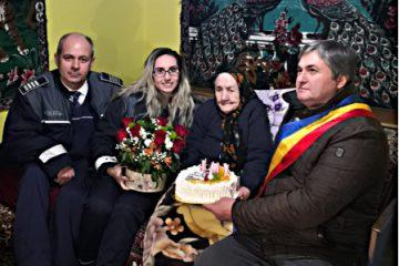 Moment deosebit! Polițiștii și autoritățile locale din Valea Ursului i-au urat La Mulți Ani, la împlinirea vârstei de 101 ani