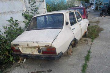 Roman: Ridicarea mașinilor abandonate pe domeniul public continuă