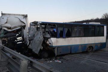 Accident mortal: un bărbat din Neamț, șoferul unui camion care a intrat într-un autobuz, a murit