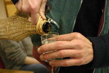 """Doi bărbați """"însetați"""", din Tămășeni, au sustras dintr-o gospodărie, din Săbăoani, 50 l de vin și 2 l de pălincă"""