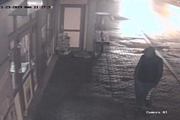 Neamț: Surprins de camerele video în timp ce a i-a smuls geanta unei femei și a fugit. Dacă aveți informații, sunați la 112