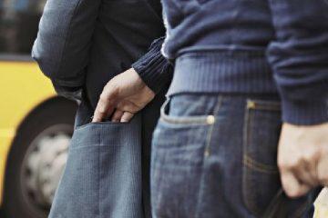 A furat un telefon mobil în zona Gării și a fost prins de polițiștii locali romașcani, pe str. Sucedava