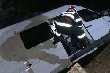 Neamț: un microbuz în care se aflau 9 persoane a căzut în albia râului