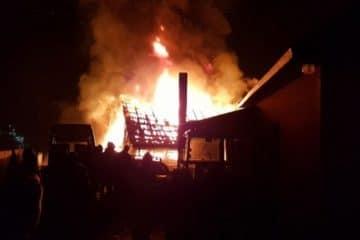 Neamț: O femeie a dat foc intenționat casei praznicale. Pompierii au intervenit la timp ca să nu ia foc și biserica