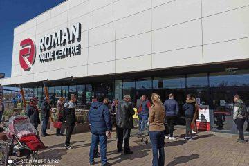 Supermarketuri din Roman cu acces restricționat. La Roman Value Centre se aștepta și 30 de minute, pentru Carrefour